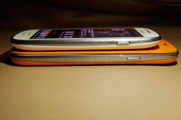 Perbandingan ketebalan Samsung Galaxy S3 dan Samsung Galaxy S3 Mini.