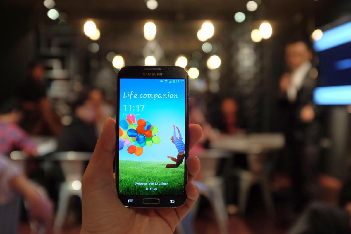 samsung galaxy s4 hand 10 Smartphone Paling Dicari di Indonesia Sepanjang 2013 smartphone news mobile gadget